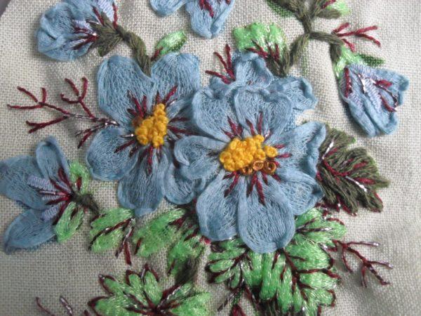 Bouquet bleu brodé