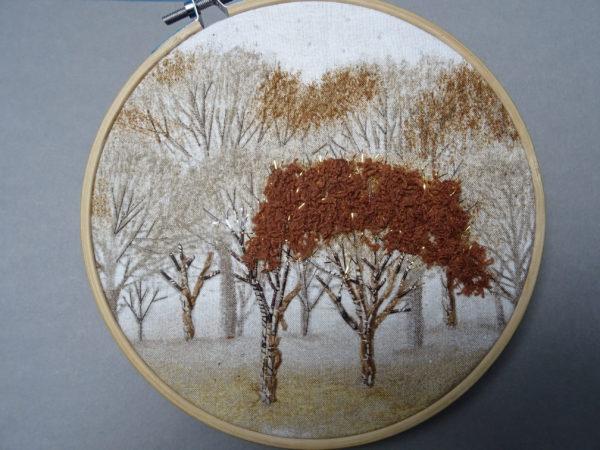 Broder de stroncs d'arbre avec le fil chenille Caramel