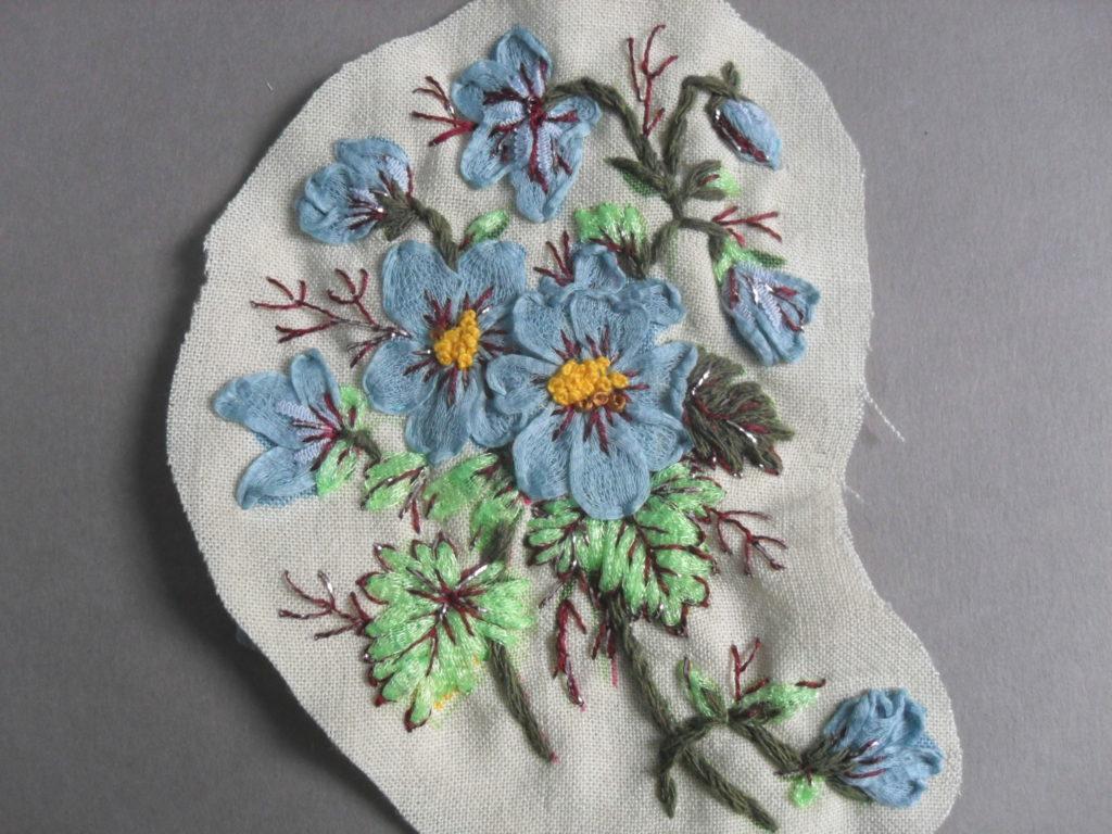 broder un bouquet à partir d'un tissu à motif