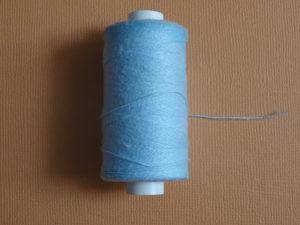 Il arrive qu'on ait besoin de bâtir un tissu en broderie d'embellissement, nous utilisons alors un fil très classique : du fil à bâtir