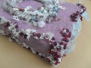 Utiliser des fils classiques : du fil à coudre pour perler en broderie d'embellissement