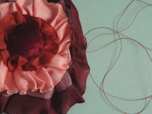 Utiliser les fils classiques en broderie : froncer avec du fil à gant