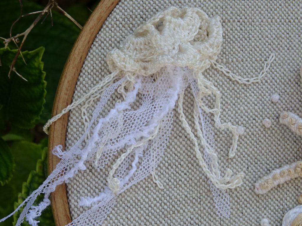 Broder une méduse et des coquillages