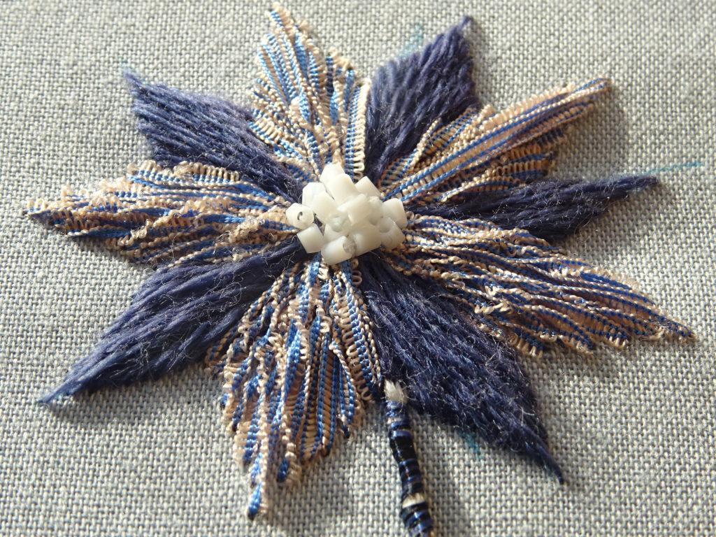 Nuance brodée #4 : fleur bleue