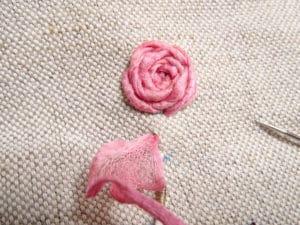 Broder le cœur d'une rose au point d'araignée
